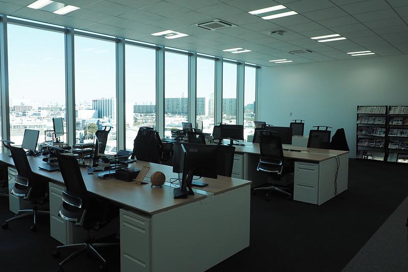 オフィスの一部。外の光がよく見える
