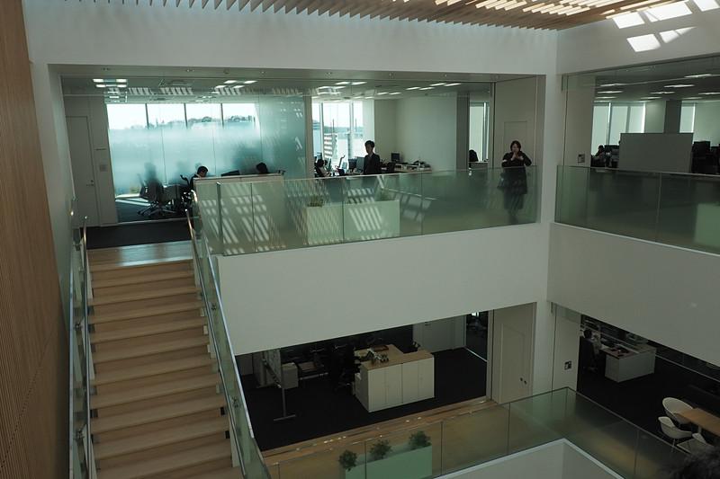 5階から3階まで吹き抜けになっていて階段で移動できる