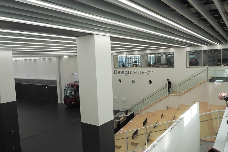1階と2階が通しになっている部分は大型トラックやバスも入り、イベントもできる広大なスペース