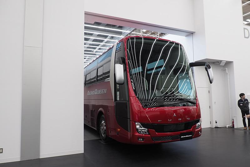 スーパーハイデッカーの大型観光バス「エアロクイーン」も入れるスペースとなっている