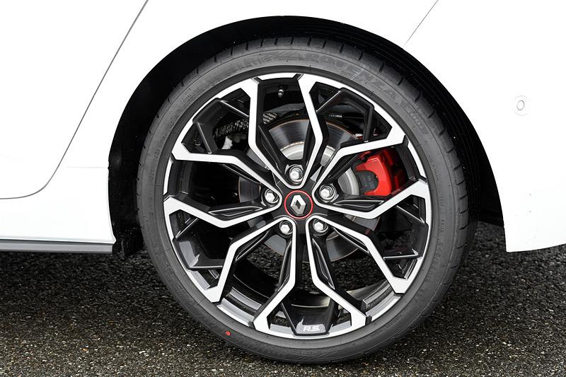 大型化したフロントブレーキを採用。前後共に専用レッドキャリパーを装備。タイヤはブリヂストン「ポテンザ S001」を装着。サイズは245/35 R19