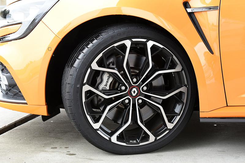 「メガーヌ ルノー・スポール」はシルバーのブレーキキャリパーを装着する以外に見た目の違いはほとんどない