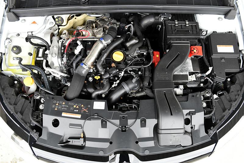 最高出力205kW(279PS)/6000rpm、最大トルク390Nm(39.8kgfm)/2400rpmを発生する直列4気筒DOHC 1.8リッター直噴ターボエンジン「M5P」型を搭載。トランスミッションはメガーヌ ルノー・スポールで採用された6速EDCから6速MTに変更。駆動方式は2WD(FF)。JC08モード燃費は12.6km/L