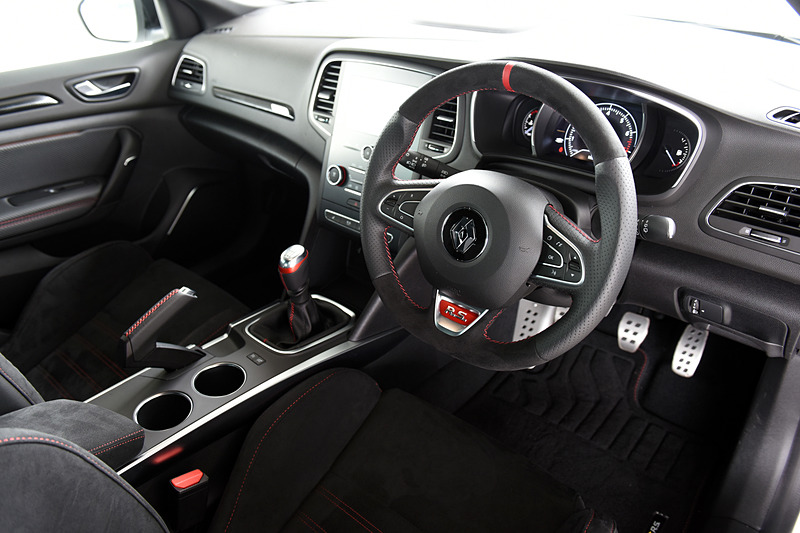 メガーヌ ルノー・スポール カップのインテリアは、ベースのメガーヌ ルノー・スポールとほとんど違いはないが、ステアリングが専用ナパレザー/アルカンタラとなるほか、パーキングブレーキは手引き式を採用。シートはアルカンタラのR.S.スポーツシートを装着