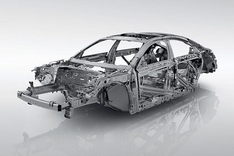 新しい溶接技術の導入と計24mの構造用接着剤を併用して剛性と耐久性を確保。トランクフロアとテールゲート下部に複合素材を使用して軽量化を行なったほか、フロントフェンダー、フロントサスペンション、リアシート骨格にはアルミニウム合金を採用