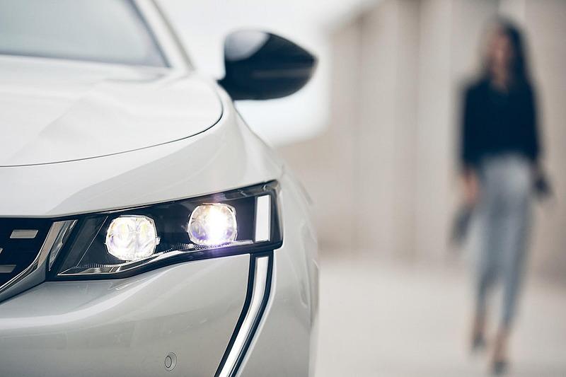 フロントはライトまわりに特徴的なデザインを採用