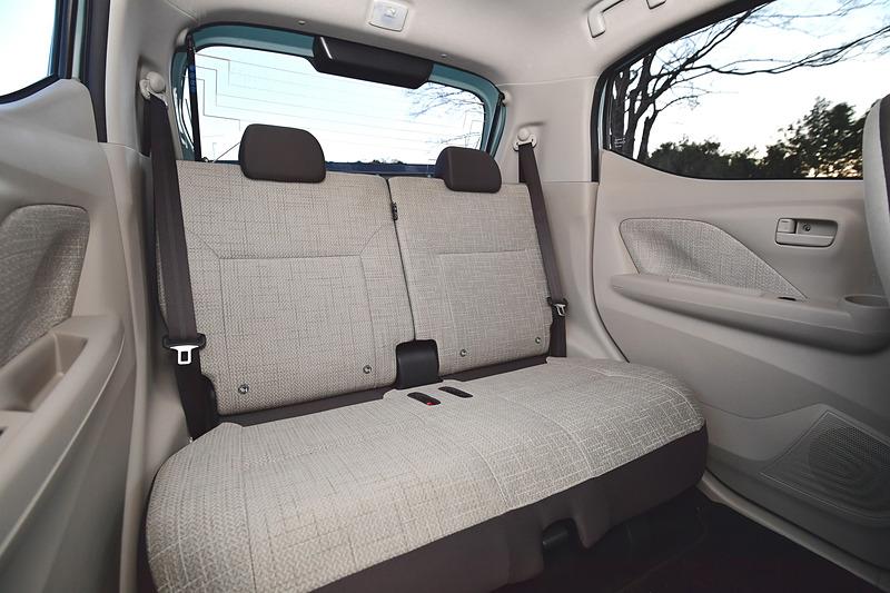 eKワゴンのインテリアはライトグレーを基調に、ソファが置かれたカフェのようなボタニカル(植物的)な車内空間を演出