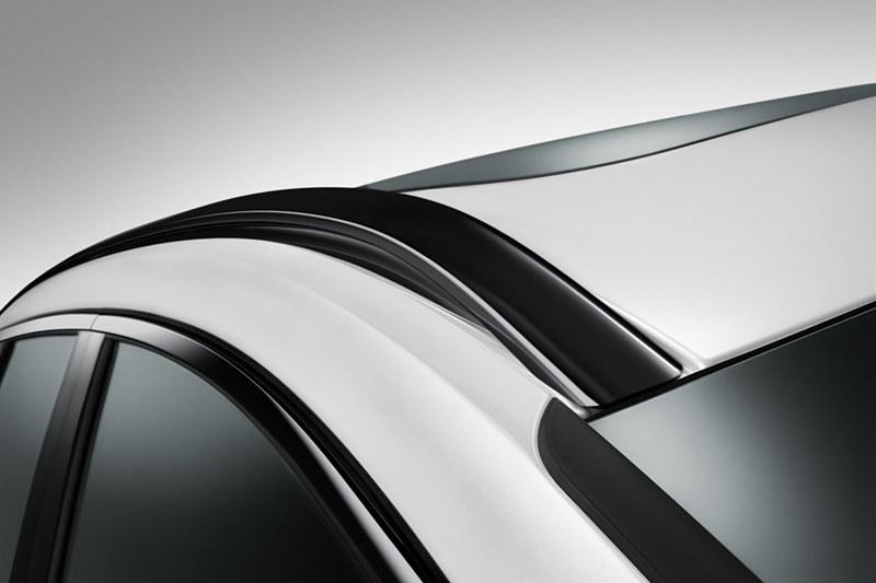 R-Design専用サイドウィンドウトリム、インテグレーテッド・ルーフレール グロッシーブラック仕上げ