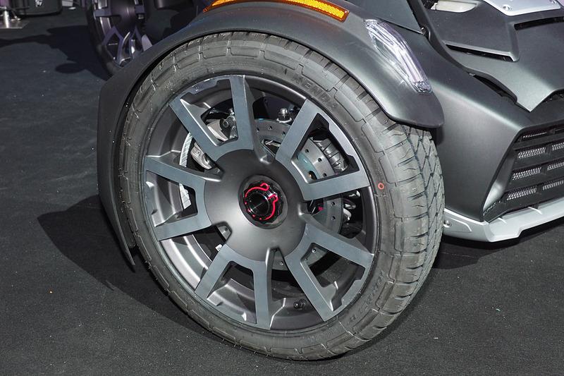 通常モデルとタイヤは同サイズながらラリータイヤと強化ホイールとなるほか、KYBのショックアブソーバー、フロントグリルプロテクション、ハンドガードを装備する