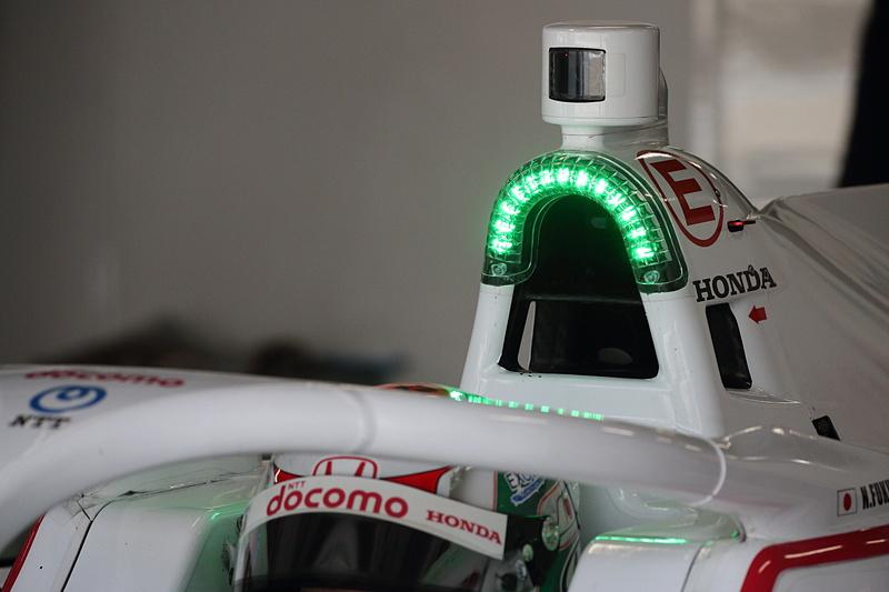 レース中合計100秒使えるオーバーテイクシステムだが、残り使用可能時間が20秒を切るとコクピット上部のランプが赤くなる