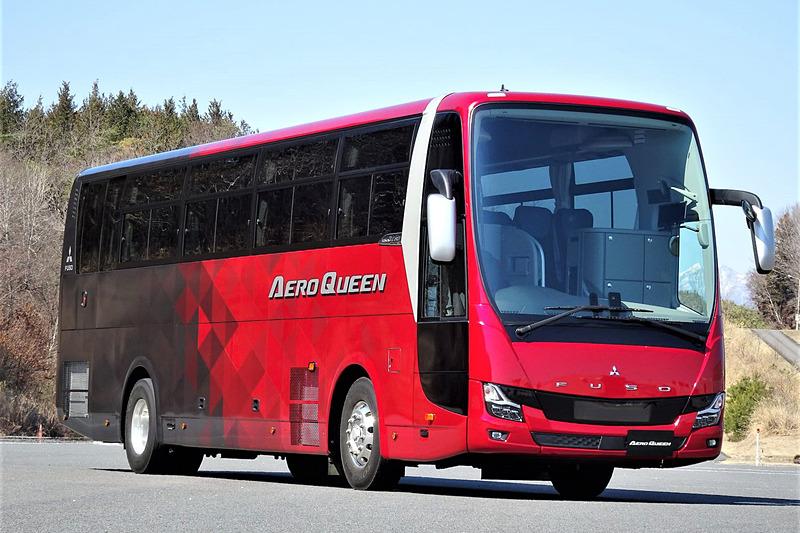 2019年モデルに進化した大型観光バス「エアロクィーン&エアロエース」に三菱ふそうの喜連川研究所で試乗することができた。2019年モデルではLEDヘッドライトやフォグランプを採用した新しいフロントマスクが与えられるとともに、「アクティブサイドガードアシスト」「ABA4 歩行者検知機能追加」「ドライバー異常時対応システム(国交省準拠)」「バスコネクト(BusConnect)」「火災延焼防止装置」といった安全装備が与えられている
