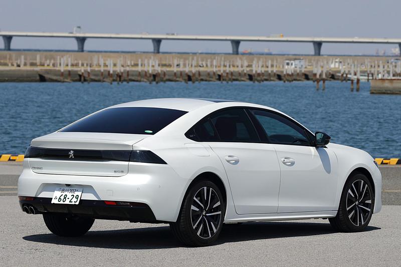 3月20日にフルモデルチェンジして発売された、プジョーブランドのフラグシップモデルとなる新型「508」。これまでセダンボディを採用していたが、新型では4ドアファストバックスタイルになった。今回試乗したのは「508 GT BlueHDi」(492万円)で、ボディサイズは4750×1860×1420mm(全長×全幅×全高)、ホイールベースは2800mm