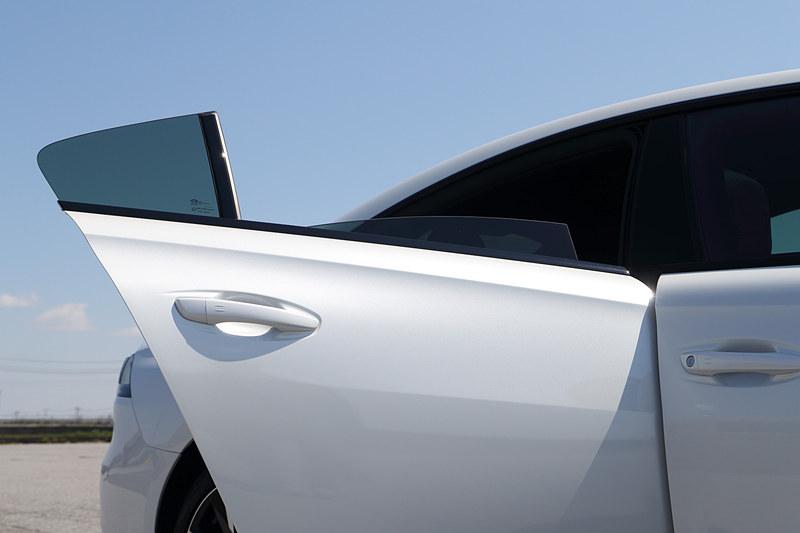 新型508のエクステリアでは切り立ったフロントグリル、フロントバンパーとスポイラーに垂直に伸びるLEDデイタイムランニングライトなどが特徴。足下は18インチアルミホイールにミシュラン「パイロットスポーツ4」(235/45R18)の組み合わせ