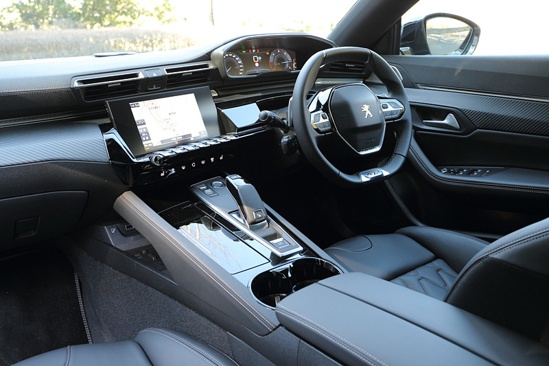 新世代インテリア「Peugeot i-Cockpit」を採用するインテリアではコンパクトなステアリングホイールが与えられるとともに、中央の8インチタッチスクリーン、12.3インチデジタルヘッドアップディスプレイなどを装備。センターコンソールに7つのトグルスイッチをレイアウトしたのもポイントの1つ