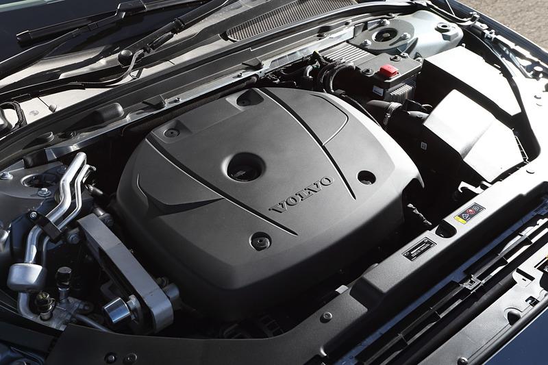 直列4気筒2.0リッター直噴ガソリンターボ「B420」型エンジンは最高出力187kW(254PS)/5500rpm、最大トルク350Nm(35.7kgfm)/1500-4800rpmを発生。これに8速ATを組み合わせて4輪を駆動する。なお、V60 クロスカントリーは新型V60シリーズにおいてガソリンモデル初の4WD車となる
