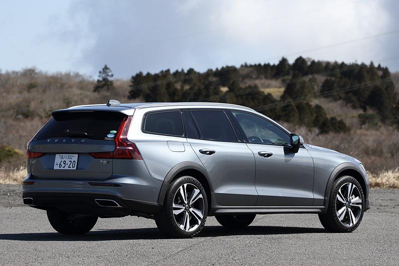 今回試乗したのは3月1日に受注を開始した新型「V60 クロスカントリー」のうち、上級グレードの「V60 クロスカントリー T5 AWD Pro」(649万円)。ボディサイズは4785×1895×1505mm(全長×全幅×全高)、ホイールベースは2875mm。ベースグレードの「V60 クロスカントリー T5 AWD」の価格は549万円