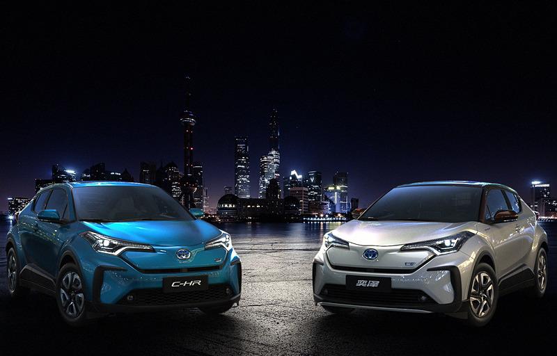 世界初公開された「C-HR」(左)と「IZOA」(右)のEV(電気自動車)モデル