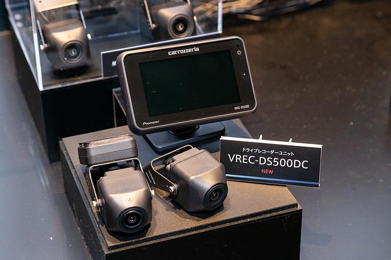 カメラと液晶部が別体となる2カメラタイプの「VREC-DS500DC」。液晶モニターは3インチ