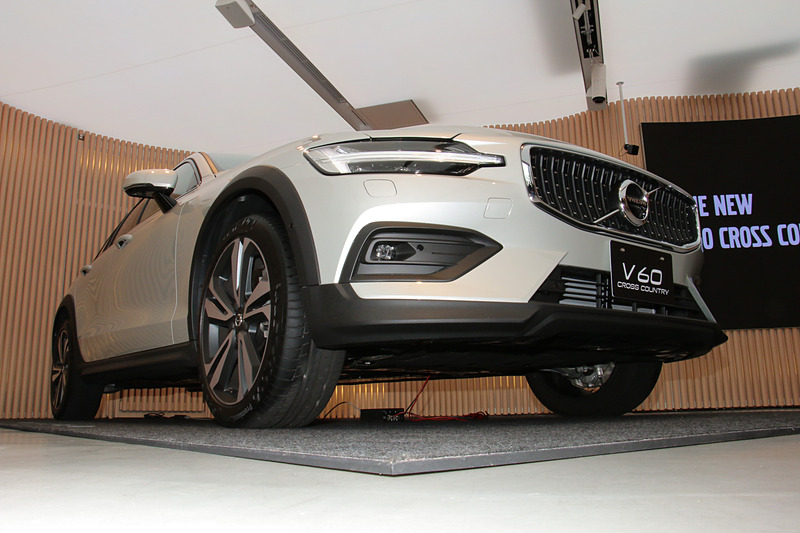 V60 クロスカントリーのボディサイズは4785×1895×1505mm(全長×全幅×全高)、ホイールベースは2875mm。車両重量は1810kg。最低地上高はV60より65mm高い210mm。アウトドアレジャーで使う自転車やカヌーなどをルーフ上に固定して運搬するユーザーに対して、クロスカントリーシリーズの「高い走破性」と「高すぎない全高」の両立がアピールポイントになるという