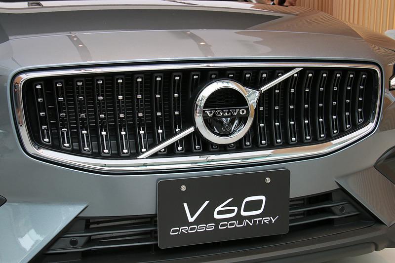 V60 クロスカントリー専用の外装パーツとなるチャコールカラーのフェンダーエクステンション(左)とフロントグリル(右)