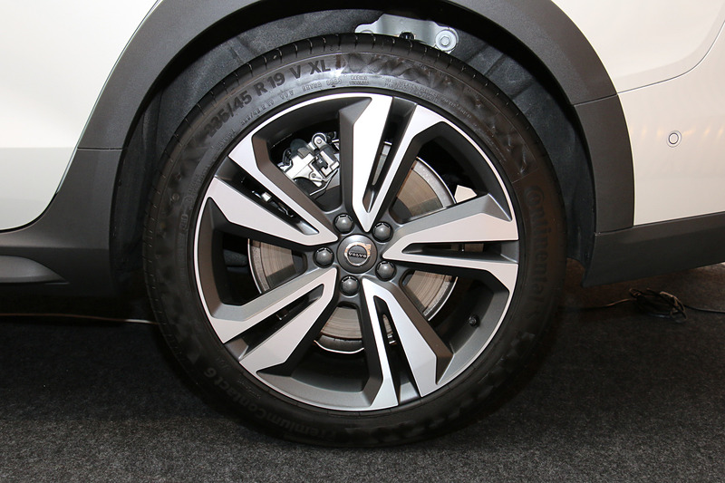 タイヤサイズはV60 クロスカントリー T5 AWD Pro(写真)が235/45R19、V60 クロスカントリー T5 AWDが215/55R18