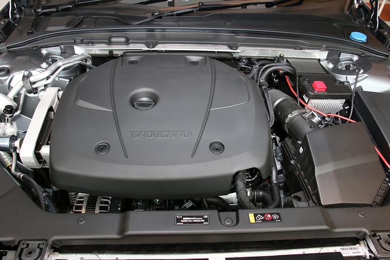 最高出力187kW(254PS)/5500rpm、最大トルク350Nm(35.7kgfm)/1500-4800rpmを発生する直列4気筒DOHC 2.0リッター直噴ガソリンターボ「B420」型エンジンを搭載