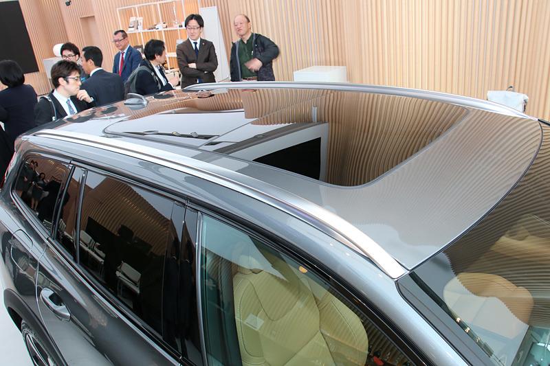「チルトアップ機構付電動パノラマ・ガラス・サンルーフ」は20万6000円高のメーカーオプション