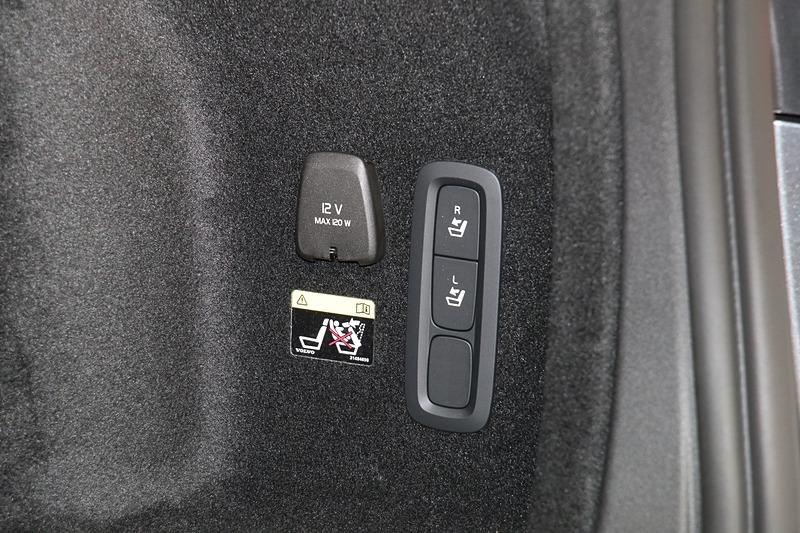 ラゲッジスペースにあるスイッチを押すだけで後席シートバックが前方に倒れる「電動バックレスト・サイドサポート」は、V60 クロスカントリー T5 AWD Proだけで標準装備する