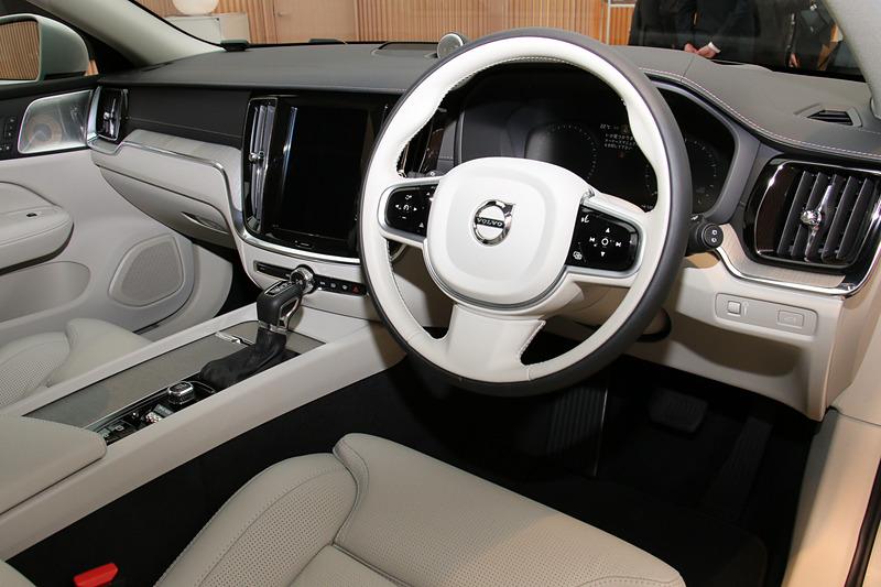 本革巻ステアリングやイルミネーテッド・本革シフトノブも全車で標準装備する