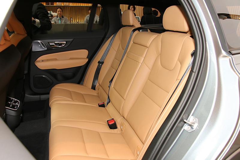 V60 クロスカントリー T5 AWD Proのシート表皮はパーフォレーテッド・ファインナッパレザーを採用。シートカラーはボディカラーによって変わり、「アンバー」(写真)「ブロンド」「チャコール」の3種類が用意される