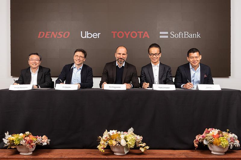 調印式の様子。左から株式会社デンソー 取締役副社長 若林宏之氏、Uber ATG 責任者 エリック・メイホファー氏、Uber CEO ダラ・コスロシャヒ氏、トヨタ自動車株式会社 副社長 友山茂樹氏、SVF Managing Partner アーヴィン・トゥ氏