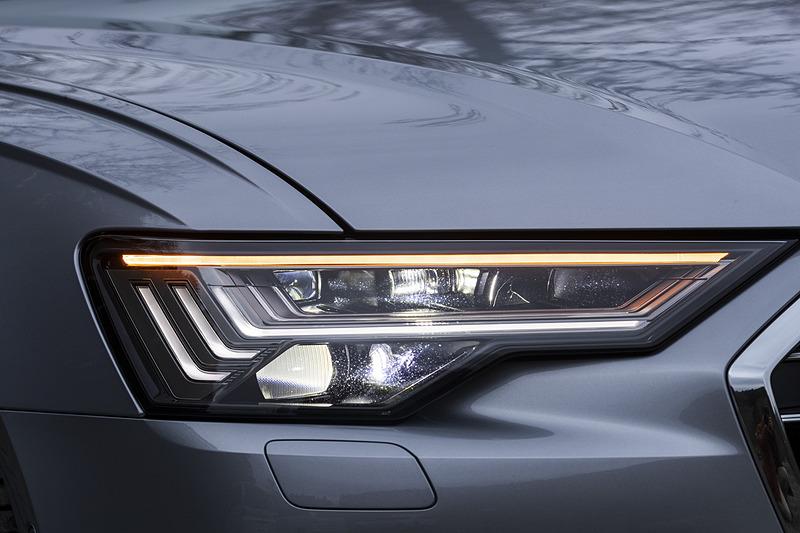 ヘッドライトは対向車や先行車を検知すると直接光を照射しないようにコントロールして、状況に合わせて配光を可変させる「HDマトリクスLEDヘッドライト」を標準装備