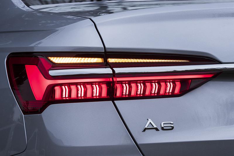 特徴的なデザインのLEDリアランプは、LEDがミリ秒単位で次々と光り、流れるような動きで視認性の高いダイナミックインディケーターを搭載