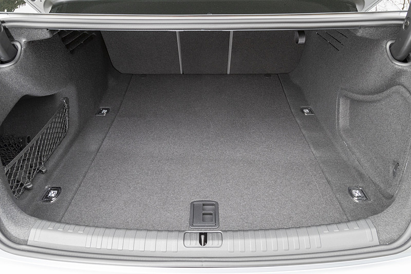 トランク容量はVDA値で530Lを確保。リアシートを倒してトランクスルーもできる