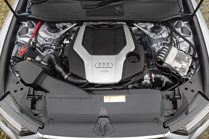 """パワートレーンは最高出力250kW(340PS)/5200-6400rpm、最大トルク500Nm(51.0kgfm)/1370-4500rpmを発生するV型6気筒DOHC 3.0リッター直噴ターボエンジンを搭載して、トランスミッションに7速DCTの7速Sトロニックを組み合わせる。さらに、ベルト駆動式オルタネータースターター(BAS)とリチウムイオン電池から構成される48V駆動のマイルドハイブリッドシステムも採用し、ストップ&スタートの作動域を22km/h以下まで拡大させるとともに、55km/h~160km/hの間でエンジンを停止させ、コースティング(惰性走行)も可能とした。駆動方式は車名の""""quattro""""が示すとおり、クワトロシステムを搭載する4WDモデルとなる"""