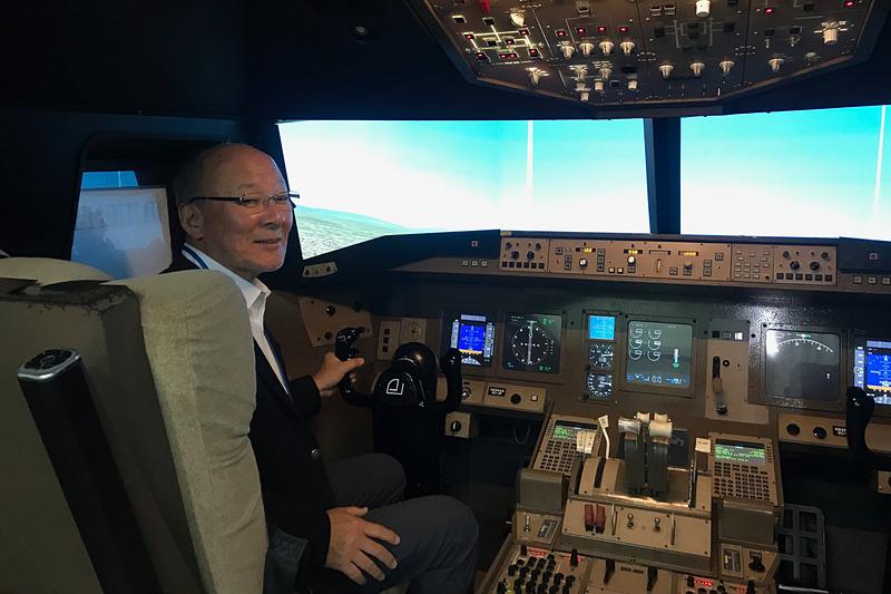 中日本航空専門学校でボーイング777のフライトシミュレータに座らせてもらった。嬉しそうでしょ?(笑)
