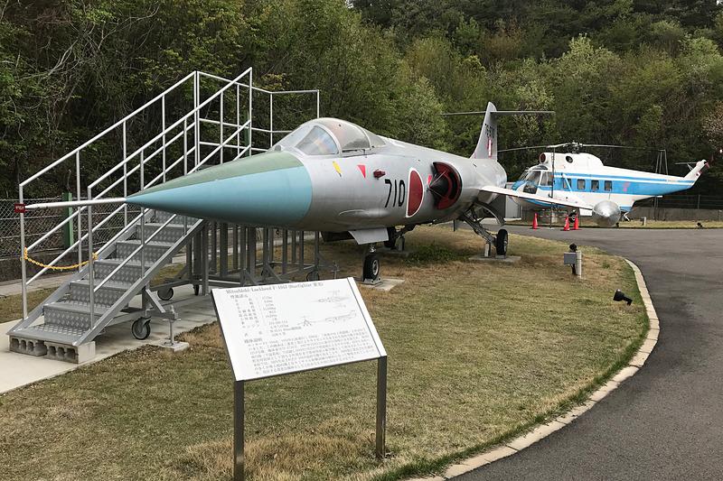 庭に展示されていたジェット戦闘機「ロッキード F-104J スターファイター」。見るからに安定のわるそうな主翼の短い戦闘機だ。その後ろにちらりと見えるのが、便利そうな水陸両用輸送機「シコルスキー S-62A」