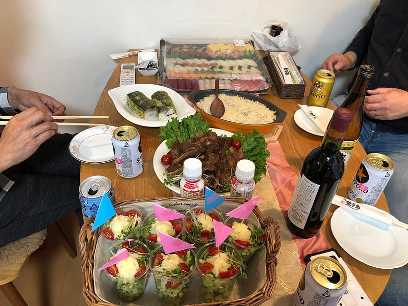 私が前日から仕込んだお料理とお寿司で、夫のクルマ仲間たちとホームパーティ。スペアリブが好評でした。実際のレースで言ったら、さしずめVIPルームてな感じですかね(笑)