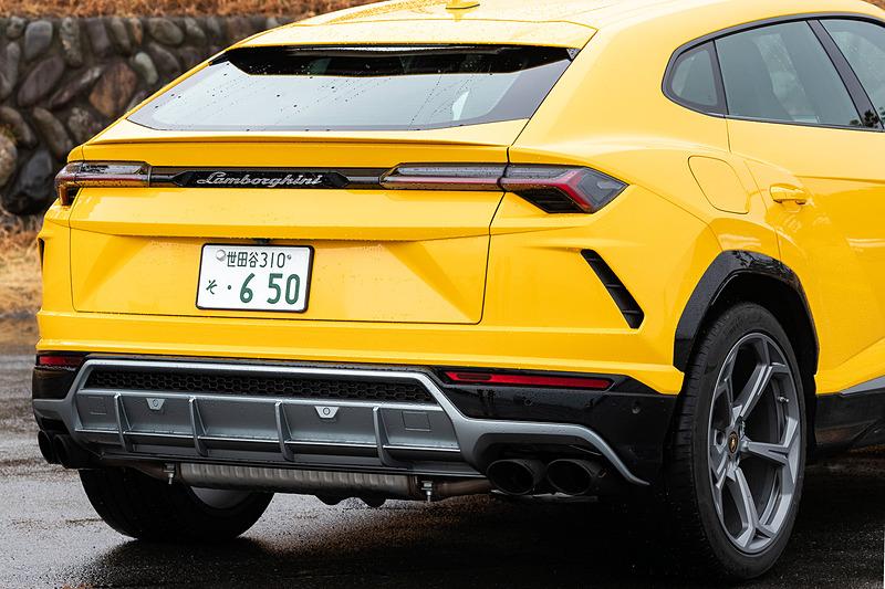 エクステリアでは「カウンタック」で初採用された斜めのフードラインがボンネットに描かれるほか、Y字形のフロントエアインテーク、Y字形のLEDヘッドライト&テールランプ、ランボルギーニ・レースカーにインスパイアされたリアディフューザーなどを採用。足下は22インチホイールとピレリ「P ZERO」の組み合わせで、ブレーキシステムにはカーボン・セラミック・ブレーキ(CCB)を標準装備。キャリパーはフロントがアルミニウム製の10ピストン、リアが鋳鉄製の6ピストンを採用