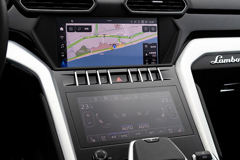 センターコンソールの上部はエンターテインメントを中心とした情報表示を、下部はエアコンのコントロールが行なえる2つのタッチパネルディスプレイを搭載。撮影車の後席は2名乗車仕様(標準は3人乗車仕様)