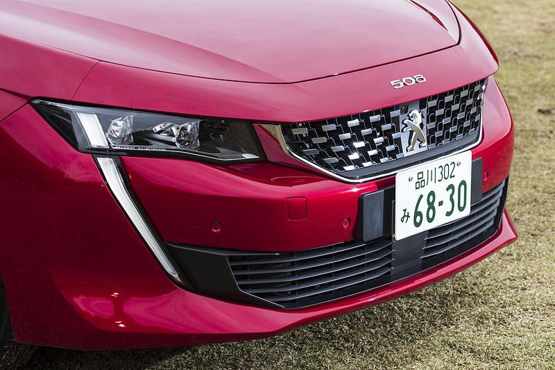 """""""ライオンの牙""""のようなLEDデイタイムランニングライトが印象的なフロントデザイン。ボンネットには「504」「504 クーペ」同様に「508」のオーナメントが配される。ヘッドライトはフルLEDとなり、ハイビームとロービームを自動的に切り替える「インテリジェントハイビーム」を全車標準装備"""