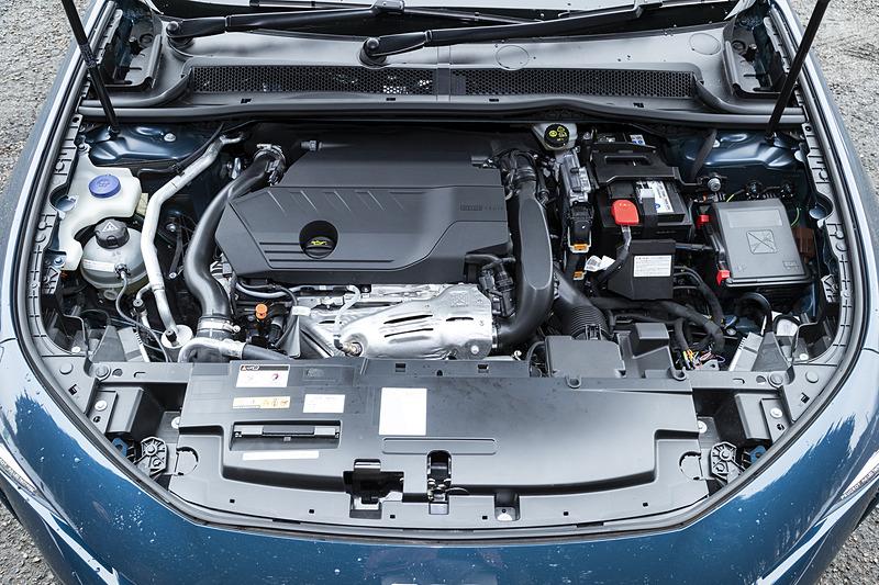 ガソリンモデルでは最高出力133kW(180PS)/5500rpm、最大トルク250Nm/1650rpmを発生する直列4気筒DOHC 1.6リッターターボエンジンを搭載。組み合わせるトランスミッションは最新世代の電子制御8速AT「EAT8」