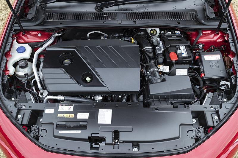 ディーゼルモデルでは最高出力130kW(177PS)/3750rpm、最大トルク400Nm/2000rpmを発生する直列4気筒DOHC 2.0リッターディーゼルターボエンジンを搭載。トランスミッションはガソリンモデルと同じEAT8