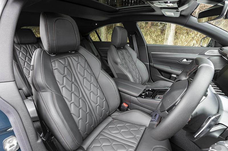 独特なデザインのステッチがほどこされたシートは、オプションのフルパッケージを選択するとシート表皮がナッパレザーシートとなる