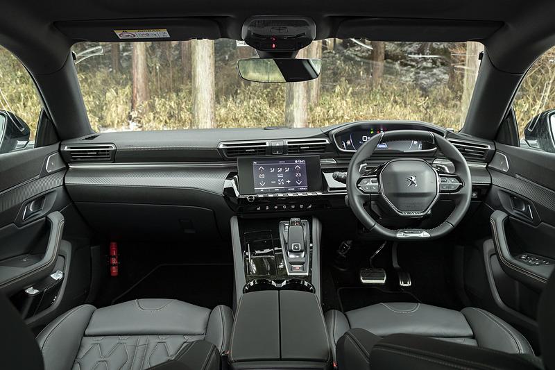 「Peugeot i-Cockpit」を採用する新型508のインパネ