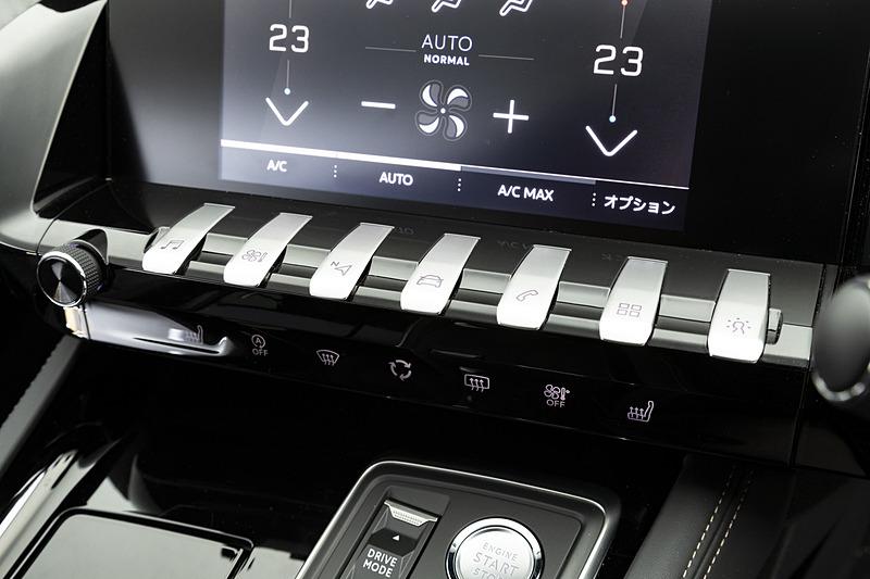 ピアノの鍵盤のようなトグルスイッチで、ナビゲーション、空調、ラジオといった主要機能にアクセスできる