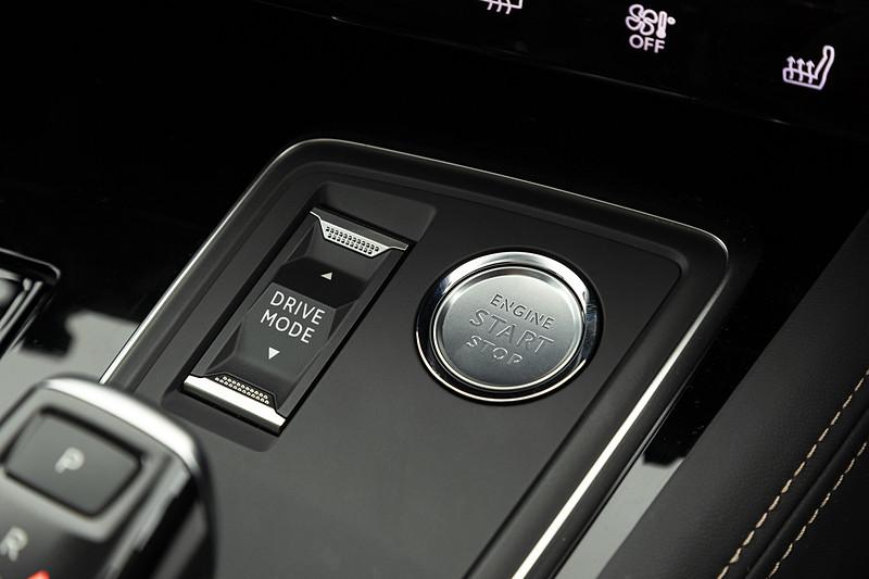 シフトノブ上部にはドライブモードセレクトのスイッチとエンジンのプッシュスタートスイッチを配置