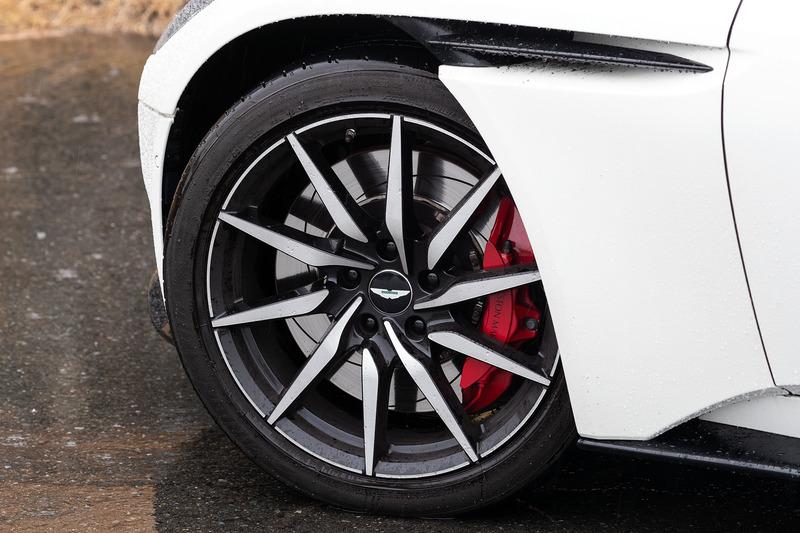 V8エンジン搭載モデルでは20インチアロイホイール、ダーク・ヘッドランプ・ベゼル、2つのボンネット・ベント(V12エンジン搭載モデルでは4つ)が専用アイテムとなる