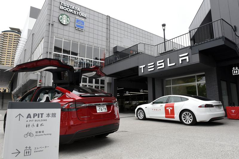 「A PIT AUTOBACS SHINONOME」に隣接するテスラサービスセンター東京ベイ。取材当日は入り口付近に「モデルX」と修理対応を行なう「モデルS」のサービスカーも展示