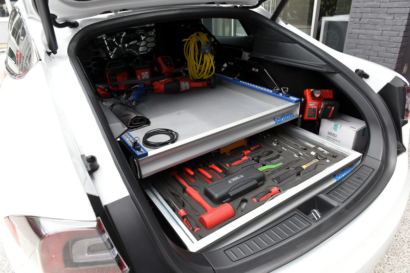 工具類がぎっしりと並べられるサービスカーのラゲッジスペース